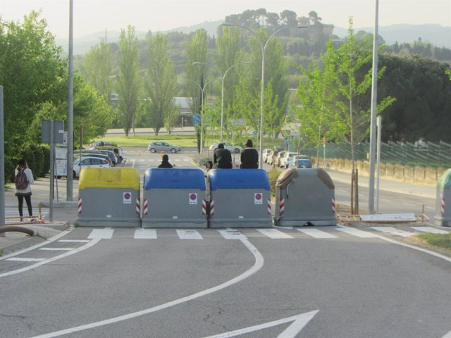 Estudiantes cortando el acceso sud de la UAB el miércoles
