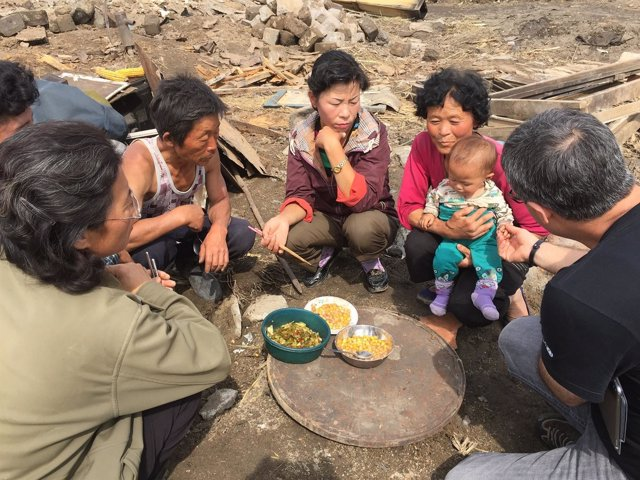 Una familia norcoreana comiendo