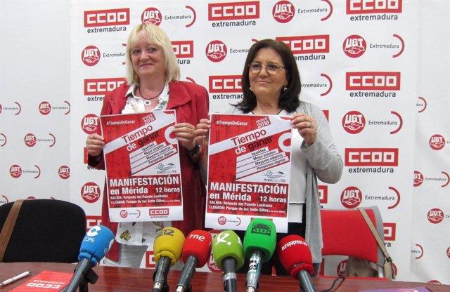 Encarna Chacón y Patro Sánchez, con el cartel del 1º de Mayo