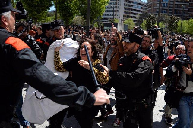 Una mujer protesta en una concentración tras la sentencia a 'La Manada'