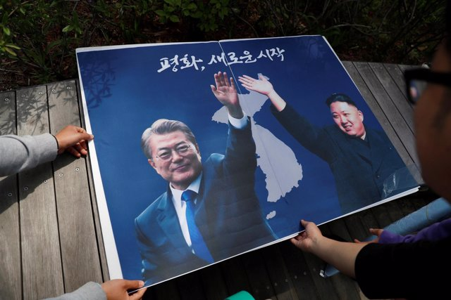 Un póster con Moon Jae In y Kim Jong Un de cara a la cumbre intercoreana