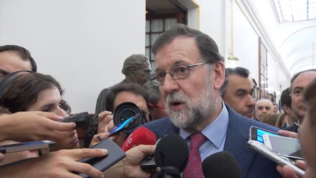 Rajoy comparece ante los medios en los pasillos del Congreso de los Diputados