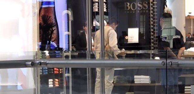 Cliente en lujosa tienda de ropa
