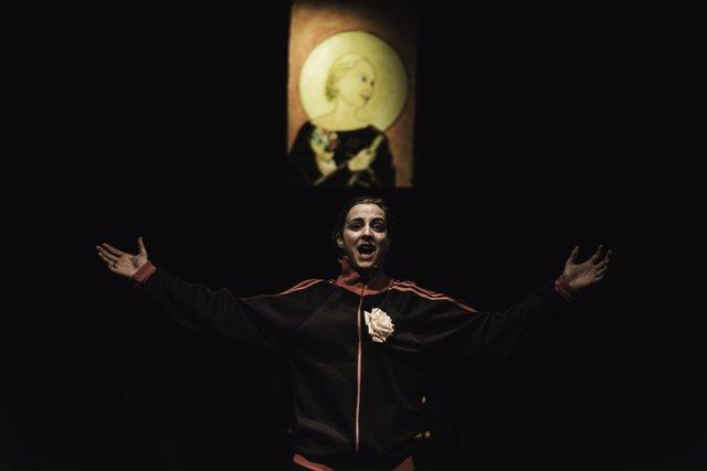 Anna Moliner en un momento de la obra 'Requiem for Evita'