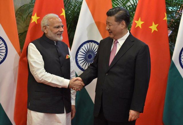 El presidente chino, Xi Jinping estrecha la mano con el primer ministro indio
