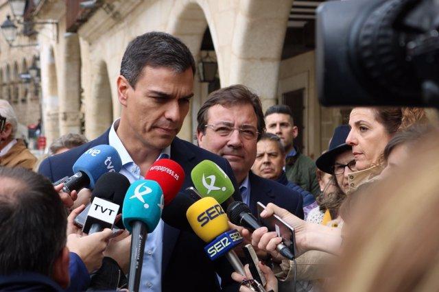 Pedro Sánchez atiende a los periodistas en Trujillo