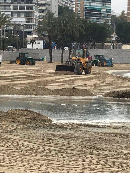 """Alicante pone en marcha """"el mayor dispositivo en años"""" para acondicionar las playas afectadas por las fuertes lluvias"""