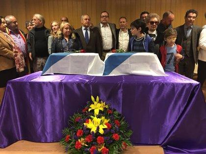 La Asociación de Memoria Histórica entrega los restos de dos represaliados en A Pobra do Brollón a sus familias