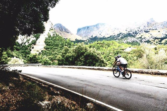 Ciclistas en una carretera de montaña