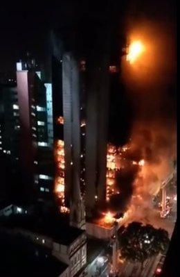 Edificio en llamas Brasil