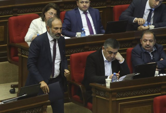 Nikol Pashinian se dirige a la tribuna en el Parlamento armenio