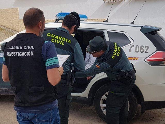 Agentes de la Guardia Civil detienen al hombre acusado de vender cocaína.