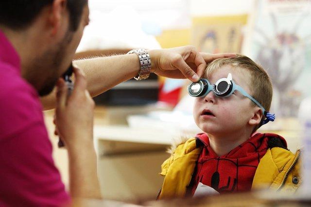 Un niño en una revisión oftalmológica