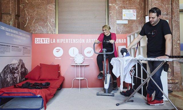 Unas personas en la habitación que emula los síntomas de la hipertensión pulmona