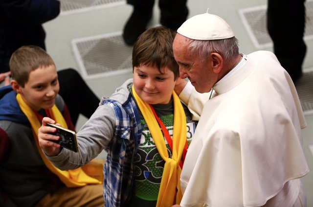 Un niño se hace un selfie con el Papa Francisco
