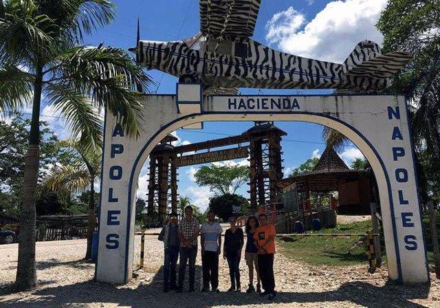 Los investigadores, en la entrada a la Hacienda Napoles