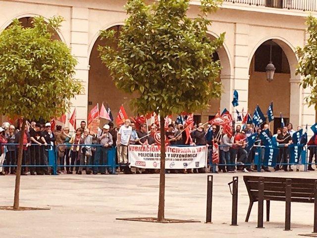 Manifestantes reciben a Rajoy en Alicante