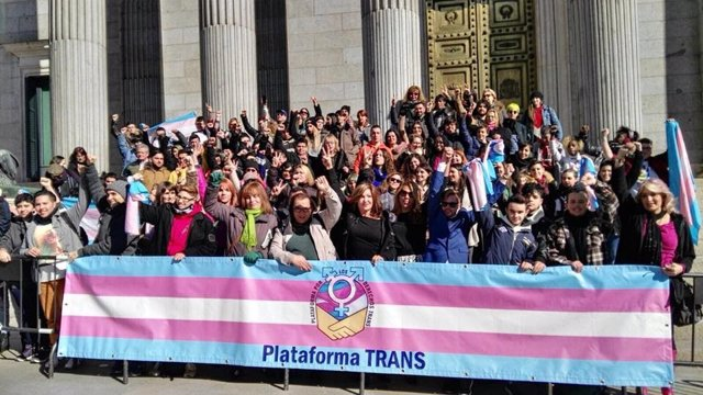 Miembros de la Plataforma Trans a las puertas del Congreso de los Diputados