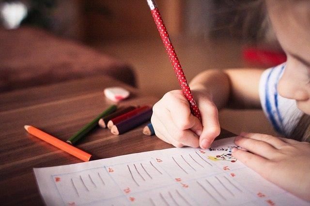Niña estudiando, pintando, jugando