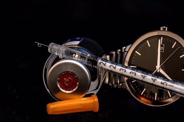 Diabético, diabetes, insulina, jeringuilla, reloj