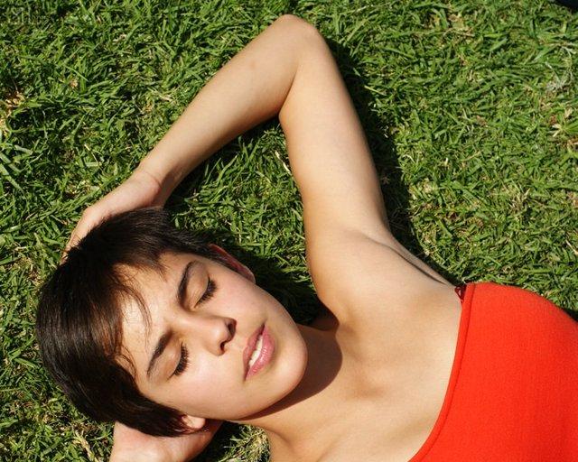 Mujer toma el sol, tratamientos estéticos en verano