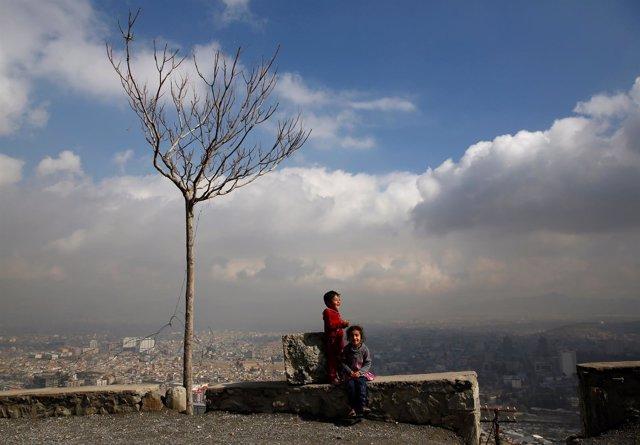 Niños en una colina junto a Kabul