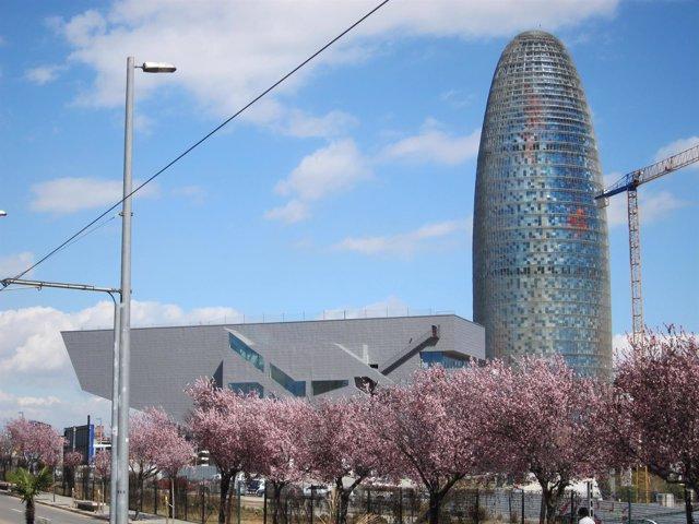 El Disseny Hub (Dhub) Y La Torre Agbar De Barcelona, En Glòries