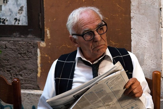 Anciano, periódico, distraerse