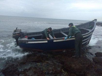 Arriba una patera con 11 personas a bordo en Costa Teguise (Lanzarote)
