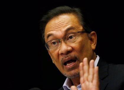 El líder opositor malasio pide que los electores voten a su antiguo rival para derrotar al primer ministro