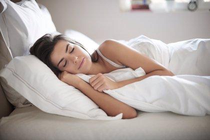 Acaba con tu dolor de espalda mientras duermes: usa la almohada
