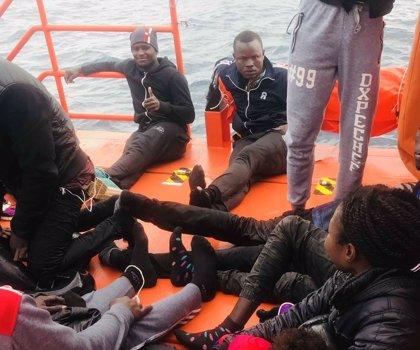 Rescatadas 69 personas, una menor, de ocho pateras en aguas del Estrecho y buscan una novena