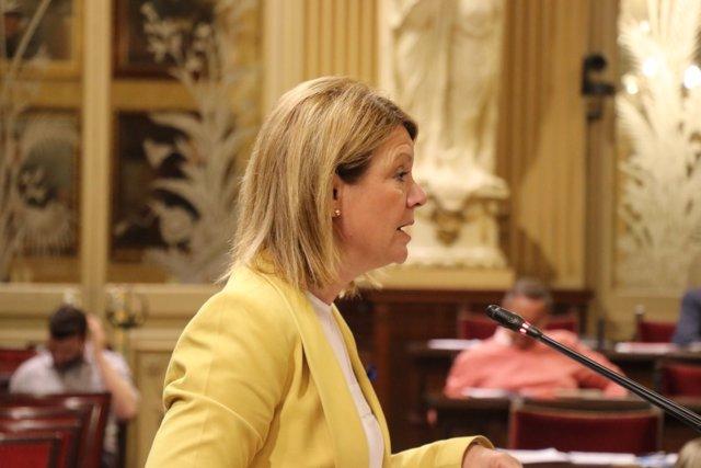 Diputada Nuria Riera en el pleno del Parlament