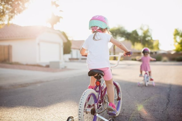 Vecindario, niñas, bicicleta, jugar