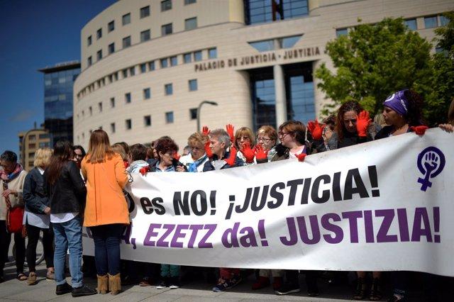 Concentración frente al Palacio de Justicia en protesta por la sentencia que con