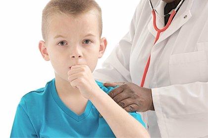 Todo lo que debes saber de la tos en niños, explicado por pediatras