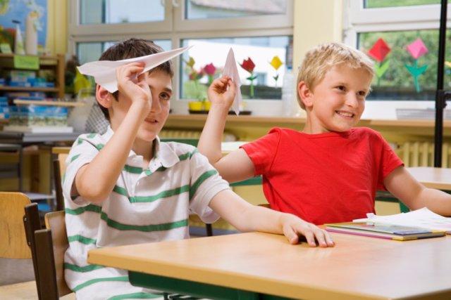 Niños en clase, hiperactividad, déficit de atención, TDAH