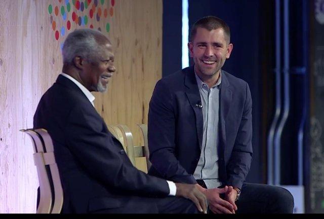Brian Cox, en un evento con Kofi Annan