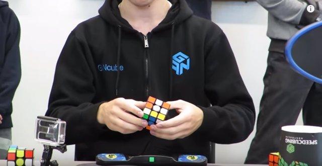 Este joven resuelve el cubo de Rubik en 4 segundos