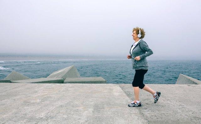Mujer madura, deporte, correr