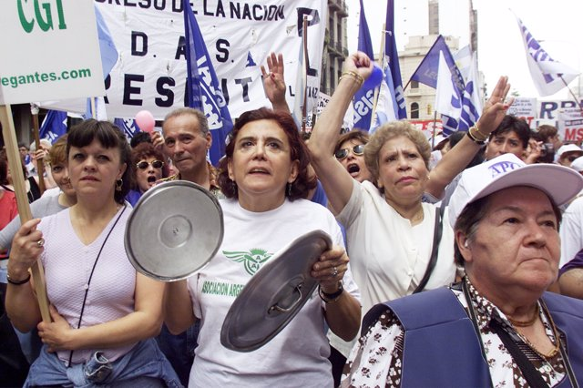Hundreds of Argentines march around Congress banging empty pots and yelling slog
