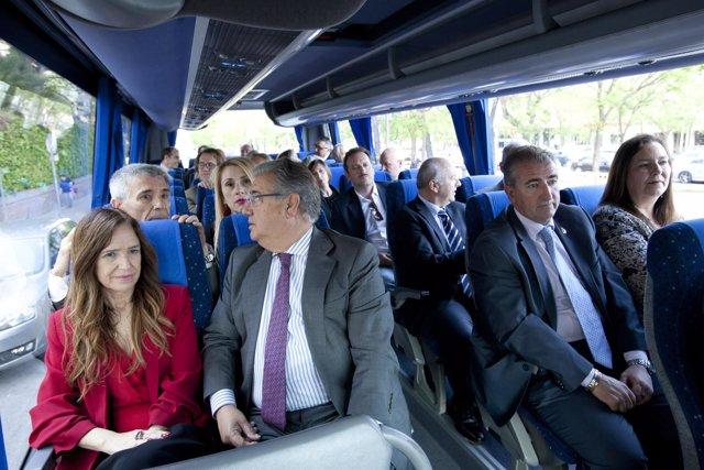 Zoido se traslada con víctimas del terrorismo en autobús hasta Moncloa