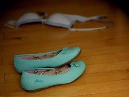 Un sosten y dos zapatos