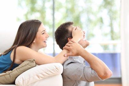¿El estrés laboral y el uso del móvil amenazan tu relación de pareja? Sigue estos consejos para evitarlo