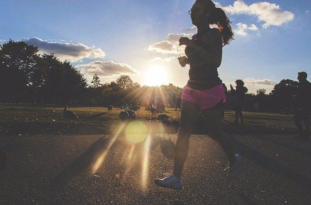 Joven haciendo deporte al aire libre