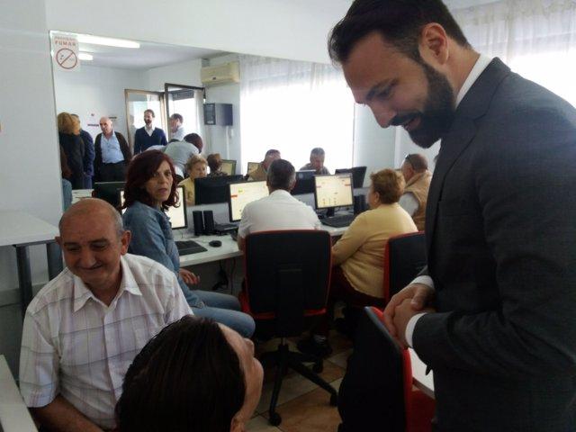 Mariano Ruiz Araujo visita un centro de acceso publico a internet de junta