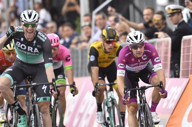 Bennett arrebata la gloria a Viviani en el Giro