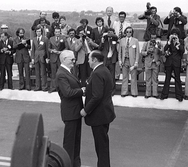 El dictador paraguayo Stroessner saludando al dictador brasileño Geisel en 1974