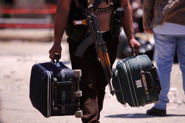 Un combatiente rebelde abandona Homs