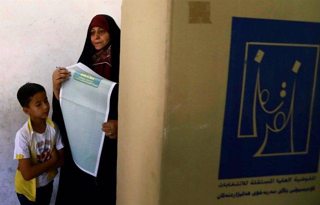 Una mujer vota en las elecciones parlamentarias en Irak